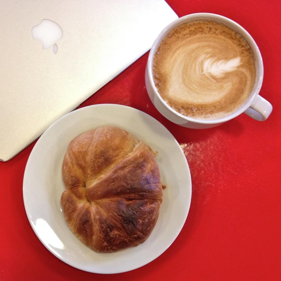 Croissant, Café au lait, MacBook Air